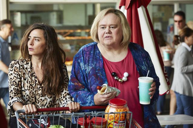 Sabina Sciubba y Louie Anderson como Penelope y Christine Baskets.