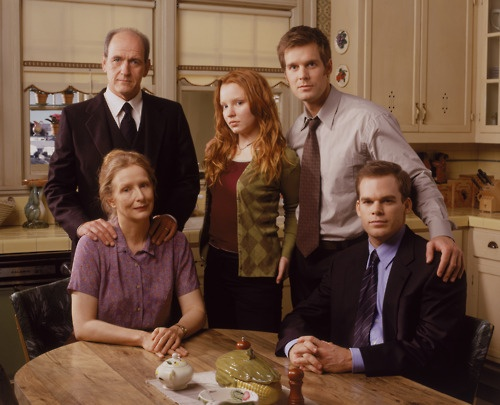SIX FEET UNDER -- Pictured: (l-r) Richard Jenkins as Nathaniel Fisher, Lauren Ambrose as Claire Fisher, Peter Krause as Nate Fisher (back), Frances Conroy as Ruth Fisher, Michael C. Hall as David Fisher (front) -- Bravo Photo